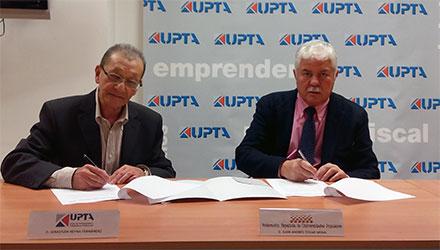 Presidentes de FEUP y UPTA firmando el convenio de colaboración